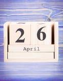 26 de abril Fecha del 26 de abril en calendario de madera del cubo Foto de archivo