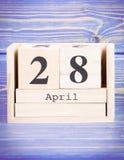 28 de abril Fecha del 28 de abril en calendario de madera del cubo Imágenes de archivo libres de regalías