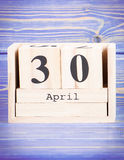 30 de abril Fecha del 30 de abril en calendario de madera del cubo Imágenes de archivo libres de regalías