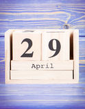 29 de abril Fecha del 29 de abril en calendario de madera del cubo Fotografía de archivo libre de regalías