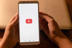 22 de abril de 2019 Federaci?n Rusa de Stavropol la muchacha en las manos del tel?fono Xiaomi en el cual el uso youtube est? corr imagenes de archivo