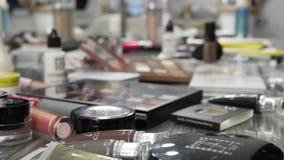 3 de abril de 2019 - Kamenskoe, Ucrânia: Coleções de vários cosméticos decorativos no homem do salão de beleza onde fazer profiss filme