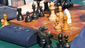 21 de abril de 2018 - Kamenskoye, Ucrania: Ajedrez del juego de niños en calle Torneo al aire libre, reloj del ajedrez de la call metrajes