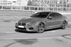 10 de abril de 2014 Kiev, Ucrânia; BMW M6 e trilhas do pneu Pequim, foto preto e branco de China imagem de stock royalty free
