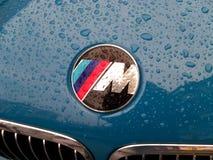 11 de abril de 2013, Kiev Ucrania Serie de BMW 'M 'del emblema, en las gotas de la lluvia imagen de archivo