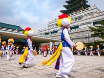 14 de abril de 2018, la banda tradicional coreana de la percusión se está realizando en el pueblo de Hanok en Seul, Corea del Sur foto de archivo