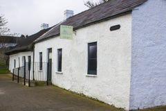 17 de abril de 2018 las cabañas irlandesas famosas en el berberecho reman en el puerto de Groomsport en el condado abajo Irlanda  Imágenes de archivo libres de regalías