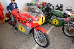 21 de abril de 2018: Milivoltio Agusta de Giacomo Agostini en el prado del festival 2018 de la leyenda del motor en Imola Circuit Fotografía de archivo