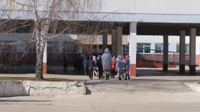 3 de abril de 2019, Mtsensk, região de Oryol, Rússia, editorial - acompanhando crianças de idade escolar à escola filme