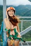 23 de abril de 2017 mujer adulta, línea aventura de la cremallera en el centro turístico del lago mountain en Cavinti Filipinas foto de archivo libre de regalías
