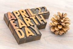 22 de abril o Dia da Terra assina dentro o tipo da madeira da tipografia Imagens de Stock Royalty Free