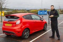 10 de abril de 2018 posesión que toma del conductor joven feliz de A de su nuevo Ford Fiesta 1 ST 6 de un distribuidor autorizado imagenes de archivo