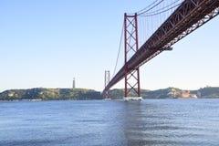25 de abril puente sobre el río de Tago en Lisboa Foto de archivo
