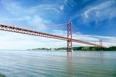 25 de abril puente sobre el río Tagus en Lisboa Foto de archivo libre de regalías
