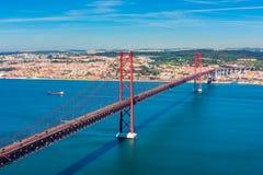 25 de abril puente y el río Tagus en Lisboa Portugal Imagen de archivo libre de regalías