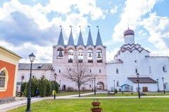 29 de abril de 2018, Rússia, Tikhvin, monastério da suposição de Tikhvin Bogorodichny fotografia de stock royalty free