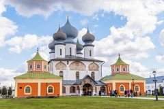 29 de abril de 2018, Rússia, Tikhvin, monastério da suposição de Tikhvin Bogorodichny imagens de stock royalty free