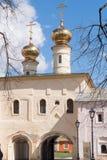 29 de abril de 2018, Rússia, Tikhvin, monastério da suposição de Tikhvin Bogorodichny imagem de stock