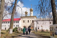 29 de abril de 2018, Rússia, Tikhvin, monastério da suposição de Tikhvin Bogorodichny imagem de stock royalty free