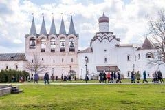29 de abril de 2018, Rússia, Tikhvin, monastério da suposição de Tikhvin Bogorodichny, peregrinos fotografia de stock