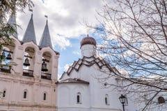 29 de abril de 2018, Rússia, Tikhvin, monastério da suposição de Tikhvin Bogorodichny, torre de sino foto de stock