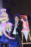 27 de abril - Tel Aviv, ISRAEL - corte de cabelo do rubi de Moti está trabalhando em um modelo - beleza de OMC Cosmo, 2015, Israe Imagem de Stock Royalty Free