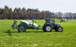 11 de abril de 2018 - Vinnitsa, Ucrania Insectici de rociadura del tractor imagen de archivo