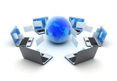 De abstracte aarde en laptops verzenden post Stock Afbeelding
