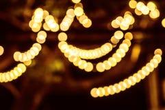 De abstracte achtergrond met bokeh defocused lichten - het beeld van defocused lichten op de boom Stock Foto's