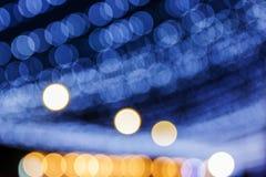 De abstracte achtergrond met defocused bokeh kleurrijke lichten Stock Afbeeldingen