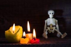 De abstracte achtergrond van Halloween met skelet en kaarsen op begraafplaats Royalty-vrije Stock Foto's