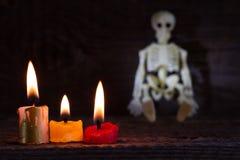 De abstracte achtergrond van Halloween met skelet en kaarsen op begraafplaats Royalty-vrije Stock Afbeelding