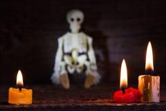De abstracte achtergrond van Halloween met skelet en kaarsen op begraafplaats Royalty-vrije Stock Fotografie