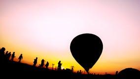 De abstracte achtergrond van het Ballonfestival Silhouetmensen en hete luchtballons in het Ballonfestival met abstract kleurrijk  royalty-vrije stock fotografie
