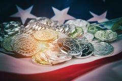De abstracte achtergrond van het kunstontwerp van zilveren bitcoins gezet op de vlag van de V.S., warme lichte toon, korrelig fli royalty-vrije stock afbeelding