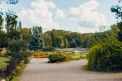 De abstracte achtergrond van het de stadspark van het onduidelijk beeld mooie landschap bokeh met zonlicht in dag stock foto