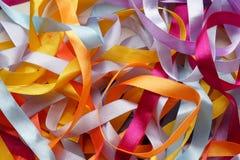 De abstracte achtergrond van kleurenlinten Stock Afbeeldingen