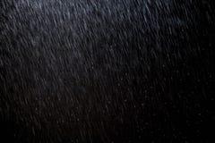 De abstracte achtergrond van de regentextuur achtergrondregen in nachtlicht stock foto