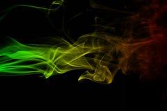 De abstracte achtergrondrookkrommen en golfreggae kleuren groen, geel, rood gekleurd in vlag van reggaemuziek Stock Afbeeldingen