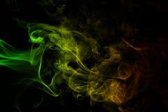 De abstracte achtergrondrookkrommen en golfreggae kleuren groen, geel, rood gekleurd in vlag van reggaemuziek Royalty-vrije Stock Afbeeldingen
