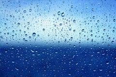 De abstracte blauwe achtergrond van het water dropsoin glas Stock Foto
