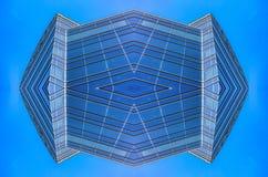 De abstracte blauwe glasbouw in het net van de binnenstad royalty-vrije stock foto