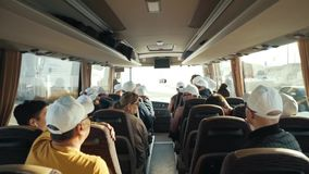 De abstracte close-uprug van mensen die in bus op de reis van de reistoerist met haar, de zonnebril van het vrouwenmeisje zitten  stock video