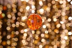 De abstracte decoratie van de beelddiamant van de lijnen van kristalkroonluchter op gouden licht bokeh royalty-vrije stock afbeeldingen