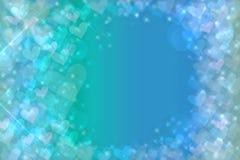 De abstracte feestelijke achtergrond van de onduidelijk beeld heldere blauwe pastelkleur met blauwe harten houdt van bokeh voor h royalty-vrije illustratie