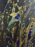 De abstracte hand schilderde zwart canvas met blauwe vlekken en plonsen Stock Afbeelding