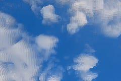 De abstracte hemelachtergrond drijft kubus, behangvorm uit vector illustratie