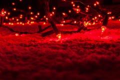 De abstracte Kerstboomlichten in donkere, rode bokeh, onduidelijk beeld defocused, defocused het onduidelijke beeld Royalty-vrije Stock Foto