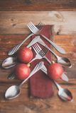 De abstracte Kerstmisboom maakte van bestek op een donkere lei, een grijze steen of een concrete achtergrond Hoogste mening met e Stock Foto's