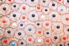 De abstracte keukenachtergrond van vele ronde elementen van glasdeksels voor pannen en de steelpannen op een achtergrond van gewe stock fotografie